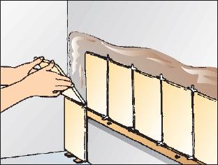 Zuerst Wird Eine Richtlatte An Die Wand Genagelt. Um Sie Zu Justieren, Nehmen  Sie Eine Fliese Als Höhenmarkierung. Berücksichtigen Sie Dabei Den Abstand  Für ...